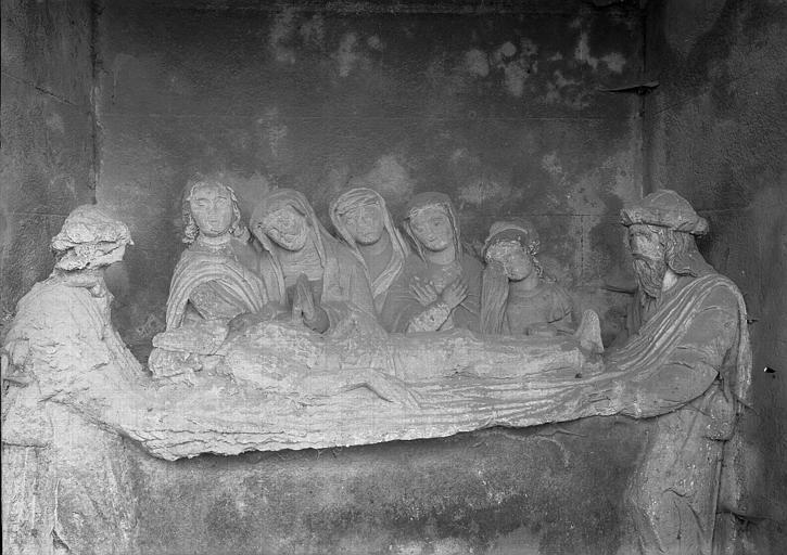 Groupe sculpté en calcaire très abîmé : Saint Sépulcre