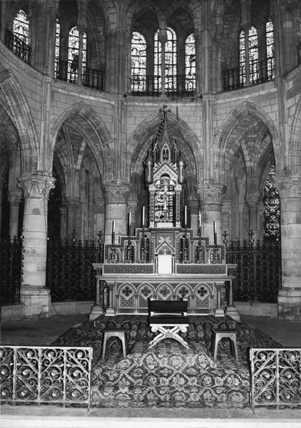 Autel, tabernacle, trône épiscopal, exposition (maître-autel, autel tombeau)
