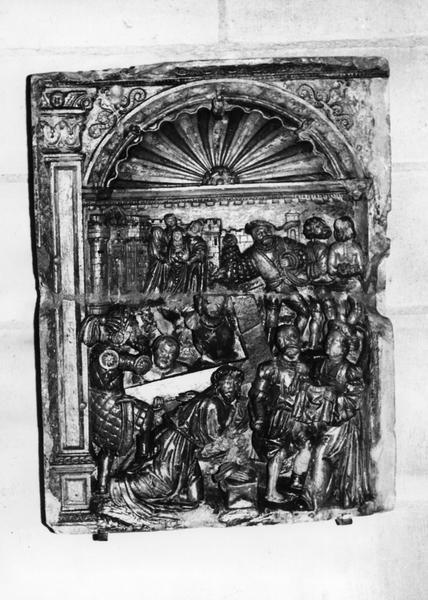 retable, 3 bas-reliefs : le Portement de croix, la Crucifixion, la Résurrection