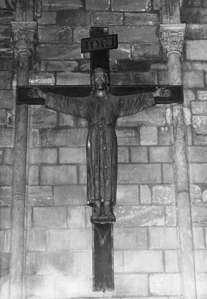 statue : Christ en croix, vêtu d'une robe