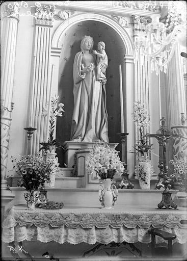 Statue de la Vierge à l'Enfant surmontant un autel, pierre