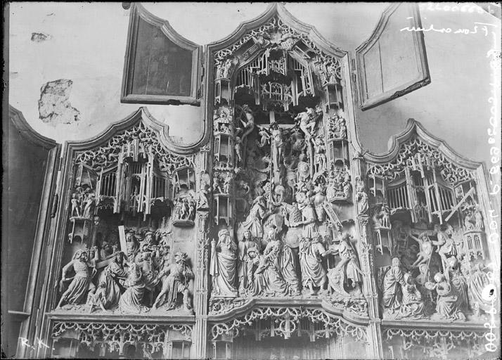 Retable sculpté en bois, Scènes de la vie du Christ : partie haute du retable (Portement de croix, Descente de croix et Crucifixion)