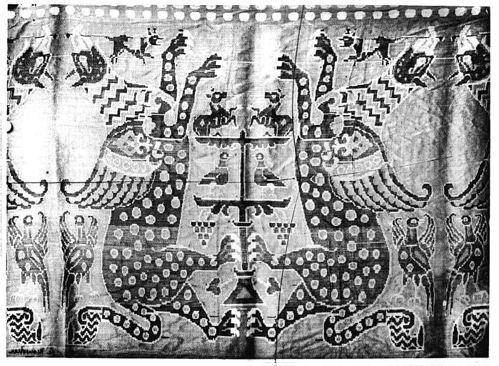 Tissu rouge à décor de monstres ailés affrontés, samit de soie, Byzance (supposé)