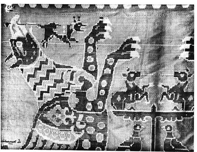 Tissu rouge à décor de monstres ailés affrontés, samit de soie, Byzance (supposé), détail
