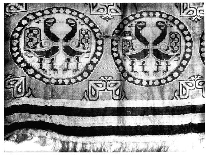 Tissu beige-marron à décor médaillons, bordure à raies et franges, soie