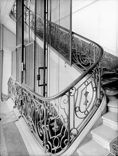 Escalier : rampe en fer forgé