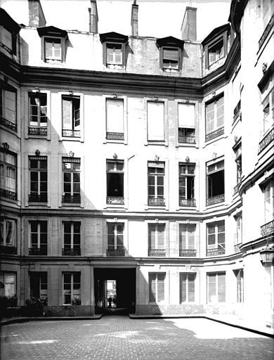 Cour avec vue de la façade intérieure du bâtiment, côté rue