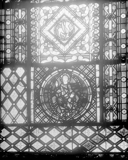 Vitrail de l'abside : Christ en Majesté bénissant