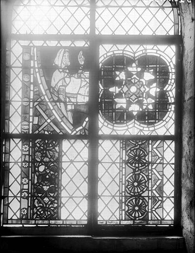 Vitrail de la crypte : personnage, quadrilobe, deux fragments de bordure