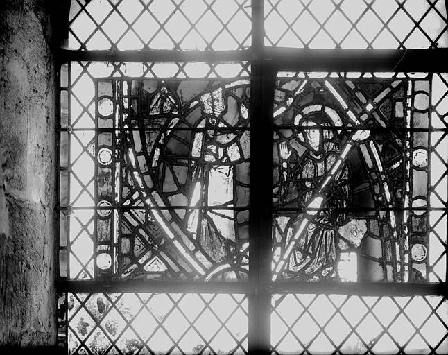Vitrail de la crypte, deux personnages : un debout et un abbé assis