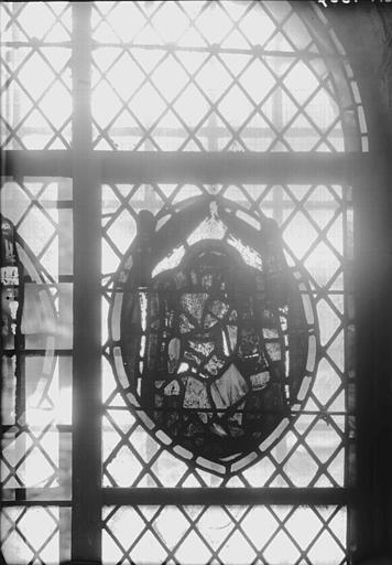 Vitrail de la crypte : personnage couronné assis sur un trône