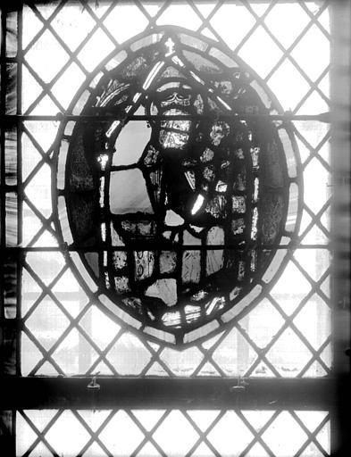 Vitrail de la crypte : Vierge à l'Enfant couronnée et assise