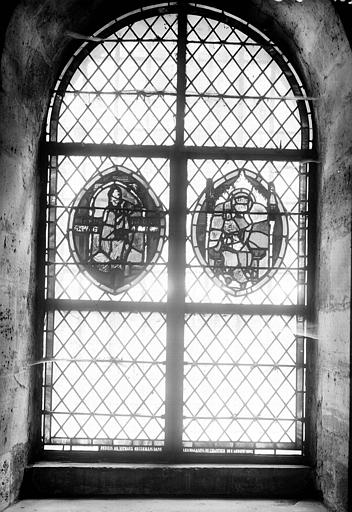Vitrail de la crypte : deux médaillons à personnages
