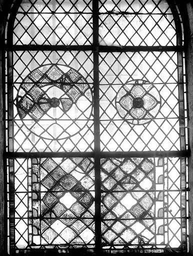 Vitrail de la crypte : fragments de rosaces et de grisailles