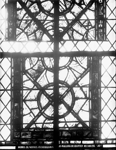 Vitrail de la crypte : partie d'une fenêtre à dessins géométriques provenant du narthex