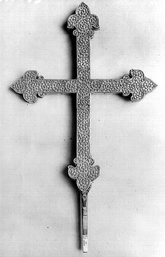 Croix processionnelle provenant de Nailly en argent doré sur âme de bois, filigranes : revers