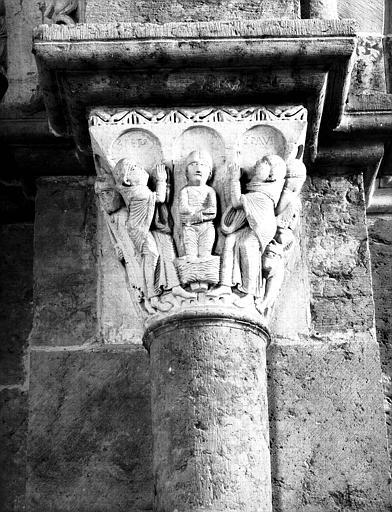 Narthex, côté sud, chapiteau : saint Pierre et saint Paul priant pour le monde païen