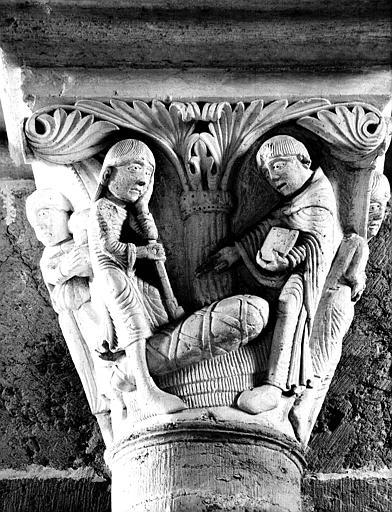 Narthex, côté nord, chapiteau : saint Benoît ressuscite un mort