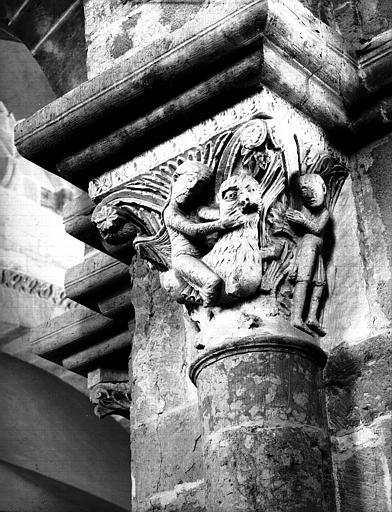 Narthex, chapiteau : Samson terrasse le lion