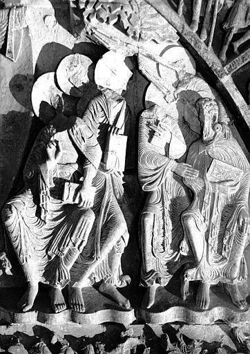 Narthex, portail central : les apôtres à la droite du Christ