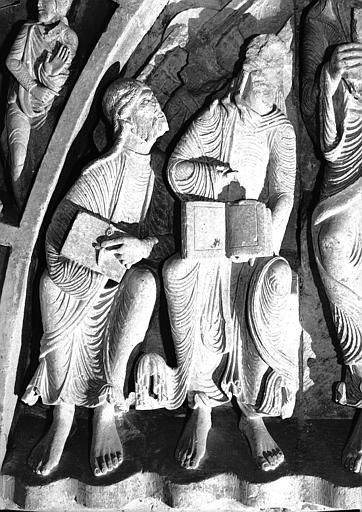 Narthex, portail central : les apôtres à la gauche du Christ