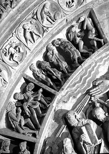 Narthex, portail central, fragment à dextre de l'archivolte : les Peuples et le Zodiaque