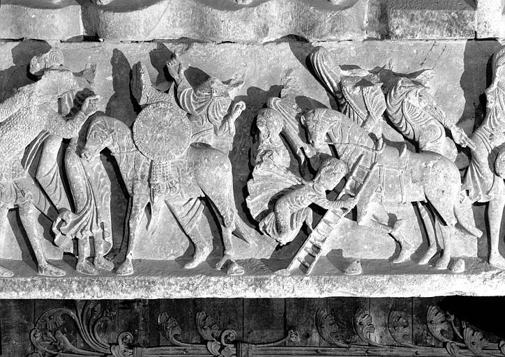 Narthex, portail central, linteau : les Peuples, fragment