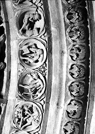 Narthex, portail central, archivoltes : le Zodiaque et rosaces