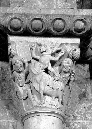 Nef, pile côté nord, face ouest, chapiteau : Moïse et le veau d'or