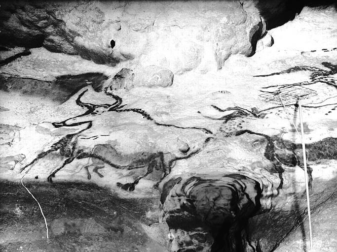 Grande salle, trace noire sous la frise peinte : quatrième fragment