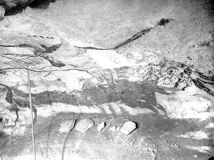 Grande salle, trace noire sous la frise peinte : cinquième fragment