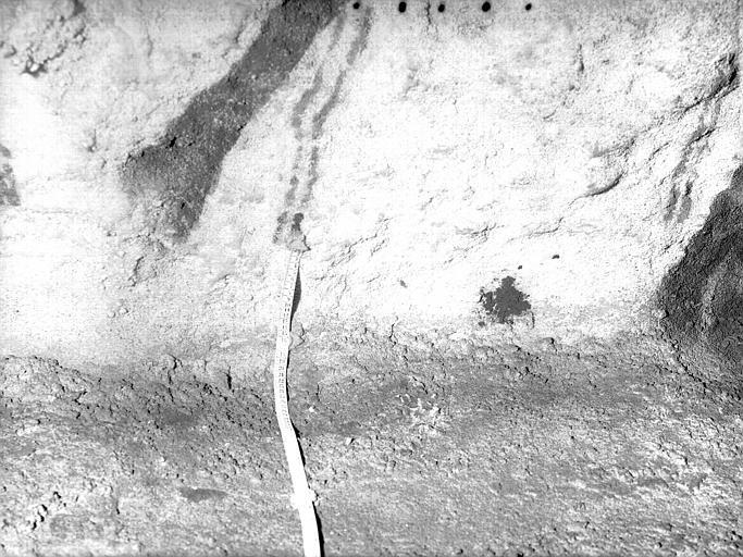 Grande salle, trace noire sous la frise peinte : détails