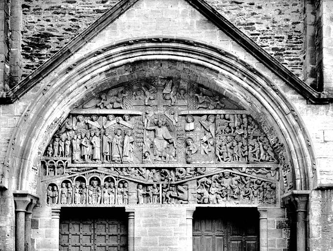 Tympan du portail de la façade ouest