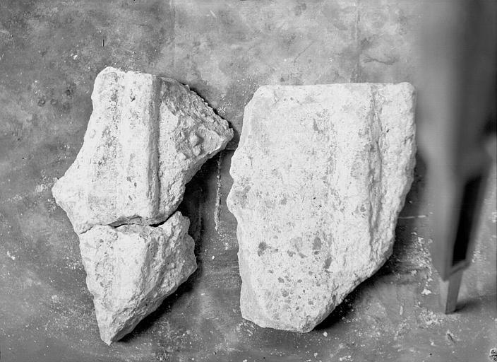Fragment d'un couvercle de sarcophage carolingien en plâtre, trouvé dans le collatéral nord en 1952