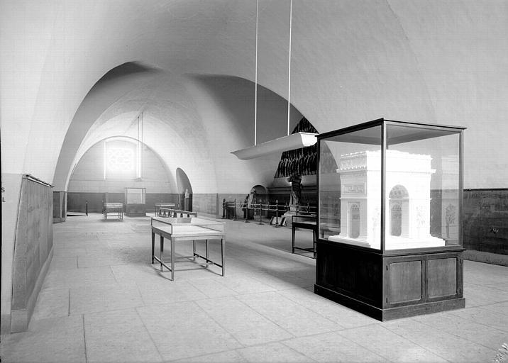 Musée, salle voûtée : vitrine avec maquette de l'arc