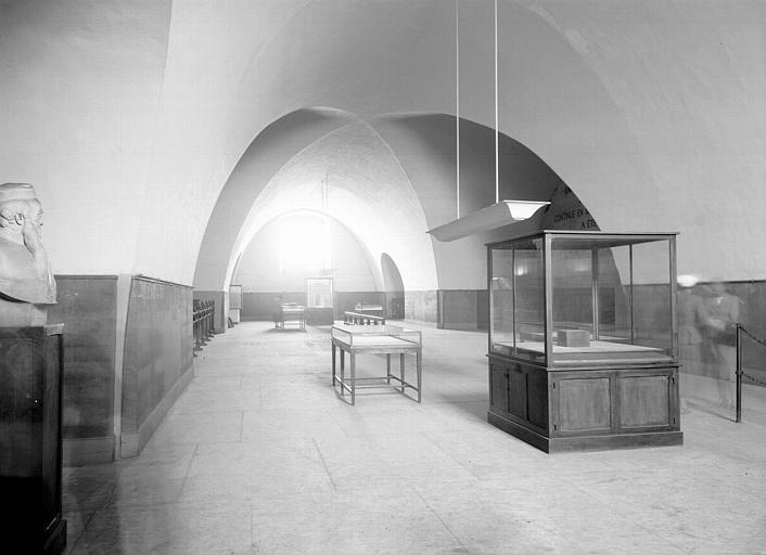 Musée, salle voûtée : vitrine