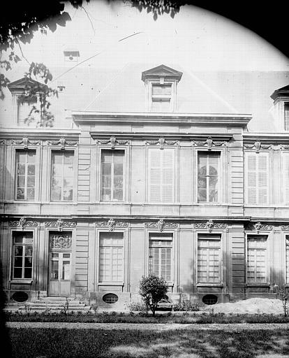 Façade de la Pharmacie des hôpitaux de Paris