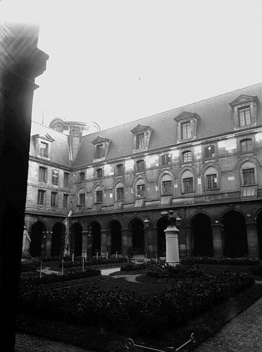 Cour : ancien cloître