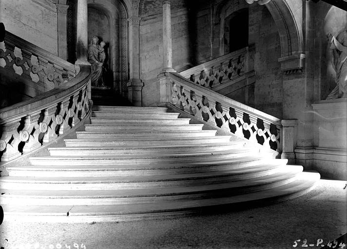 Escalier d'honneur en pierre : première volée vue de face