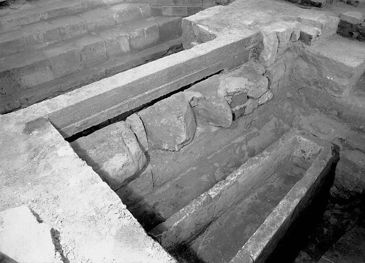 Croisillon nord, aménagement des fouilles : sarcophage carolingien vu vers le nord