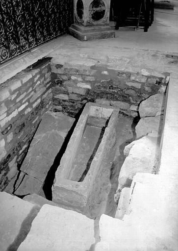 Croisillon nord, aménagement des fouilles : sarcophages  pré-romans découverts en juillet 1952