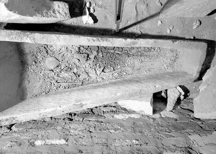 Croisillon nord, aménagement des fouilles : sarcophage pré-roman, intérieur avec squelette