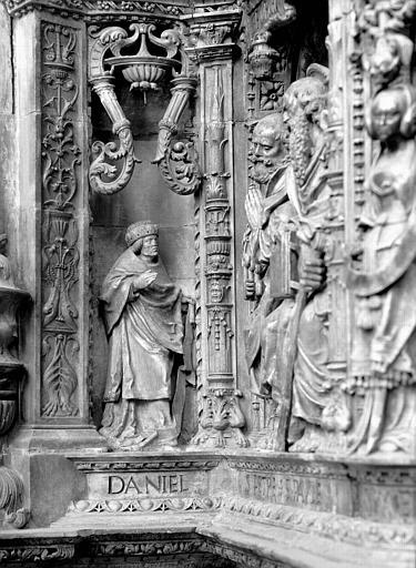 Tombeau des Cardinaux d'Amboise, entablement : statue de Daniel
