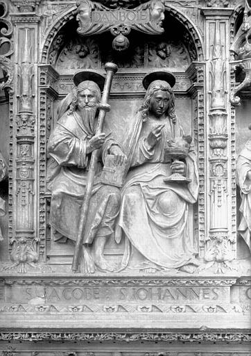Tombeau des Cardinaux d'Amboise, entablement : statues de saint Jacques le Majeur et saint Jean l'évangéliste
