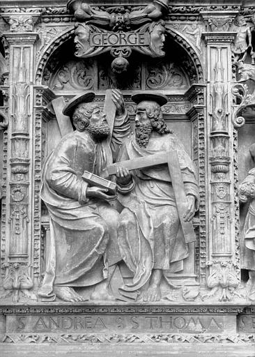 Tombeau des Cardinaux d'Amboise, entablement : statues de saint André et saint Thomas