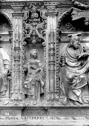 Tombeau des Cardinaux d'Amboise, entablement : statue de Sibylle Europa