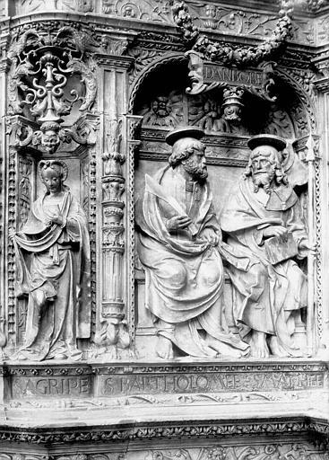 Tombeau des cardinaux d'Amboise, entablement : statues de Sibylle Agrippa, saint Barthélemy et saint Matthieu