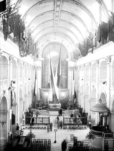 Décoration du maître-autel à l'occasion de la remise du bâton de maréchal du général Leclerc, 30 novembre 1952