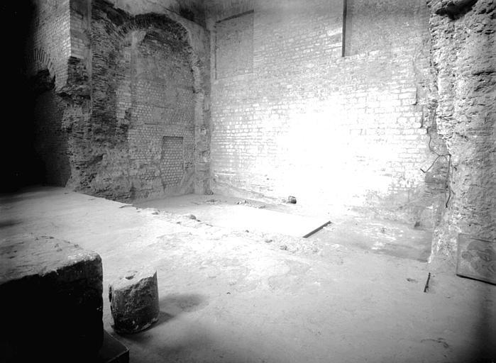 Salle A, grande salle des thermes : face nord, le bain en contre-bas
