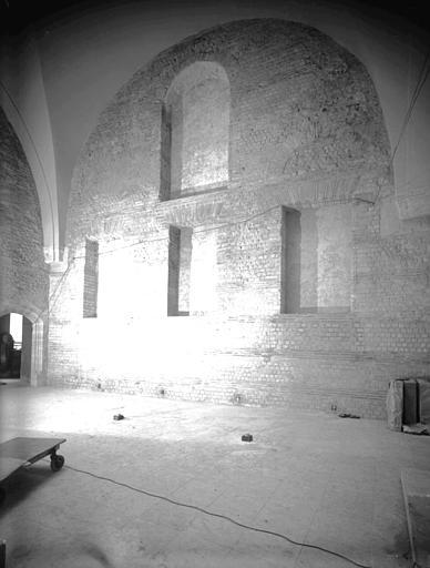 Salle G, gallo-romaine : mur est vu de l'ouest, fenêtres actuellement bouchées restaurées par J. Trouvelot en 1952